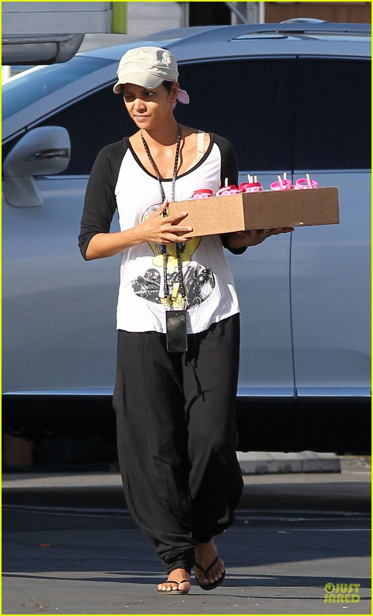 halle berry brings valentines goodies to extant set 013053439