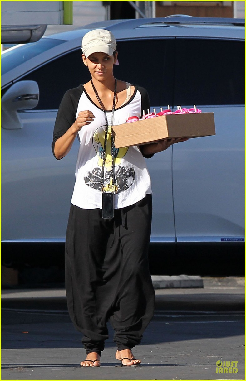 halle berry brings valentines goodies to extant set 02