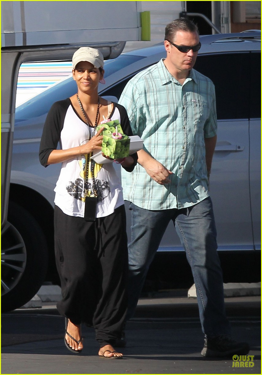 halle berry brings valentines goodies to extant set 033053441