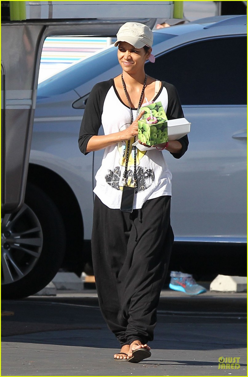halle berry brings valentines goodies to extant set 043053442