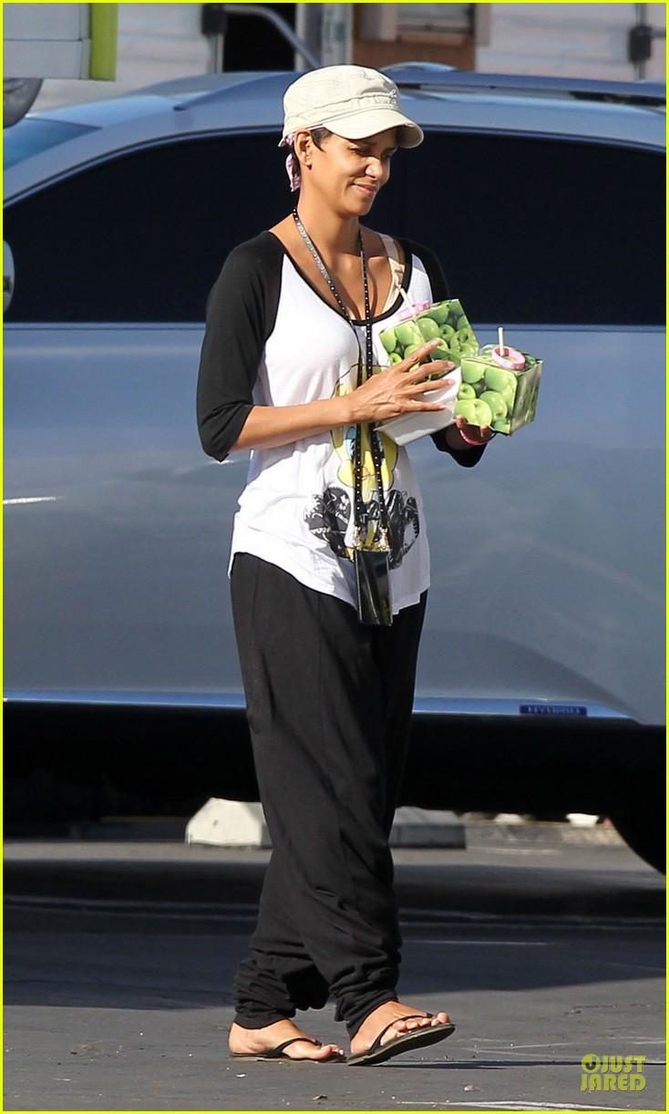 halle berry brings valentines goodies to extant set 053053443