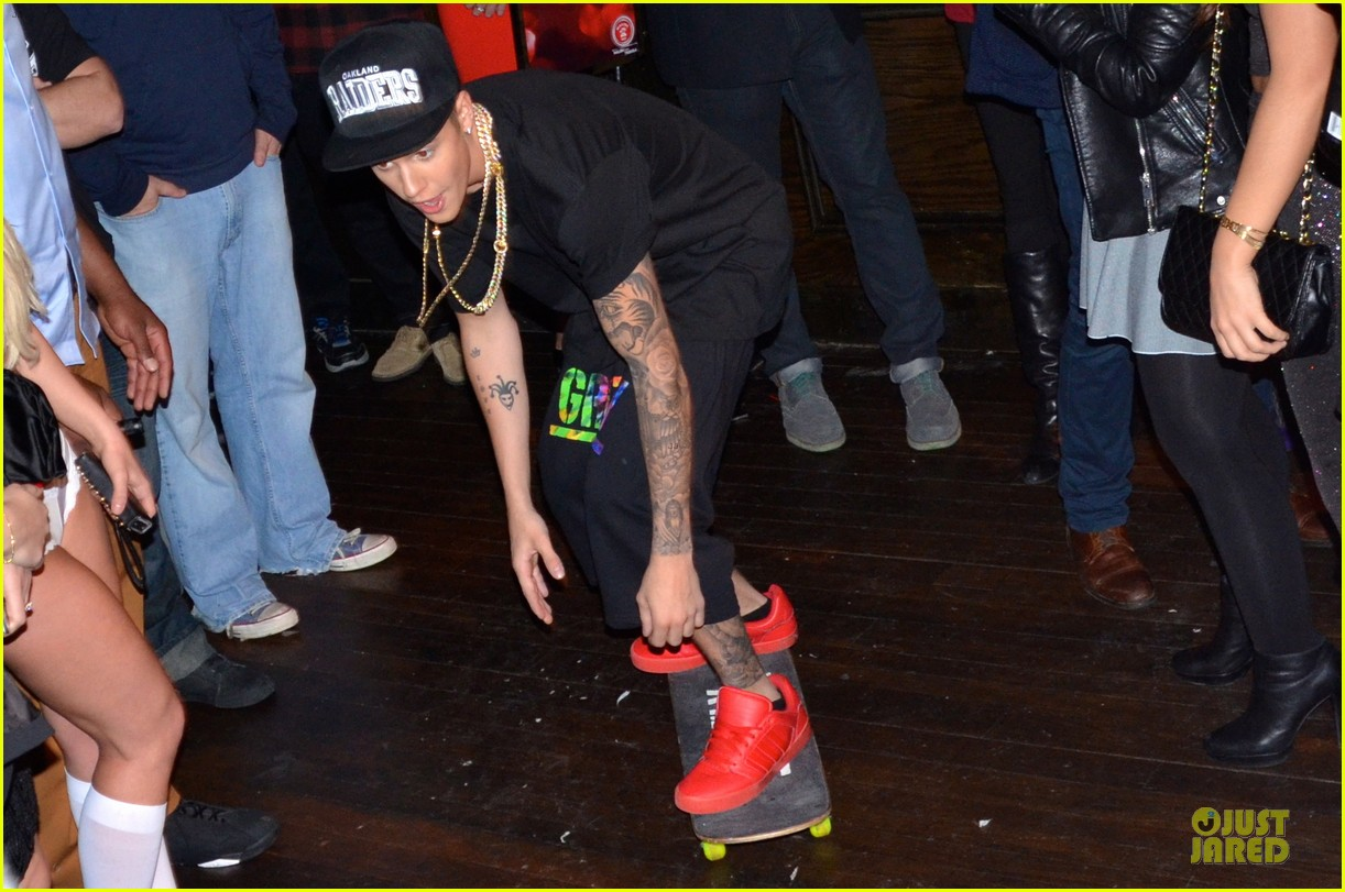 justin bieber shows off skateboarding tricks at pre super bowl party video 033046309