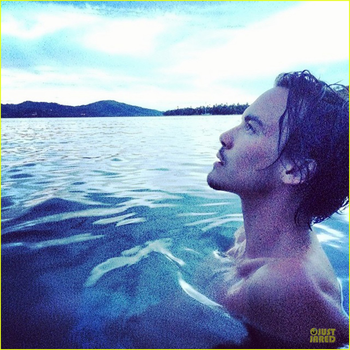 pretty little liars tyler blackburn flashes butt in sexy instagram pic 03