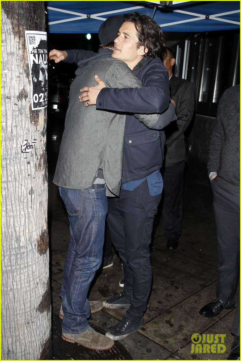 orlando bloom garrett hedlund hug it out at pre oscars party 02