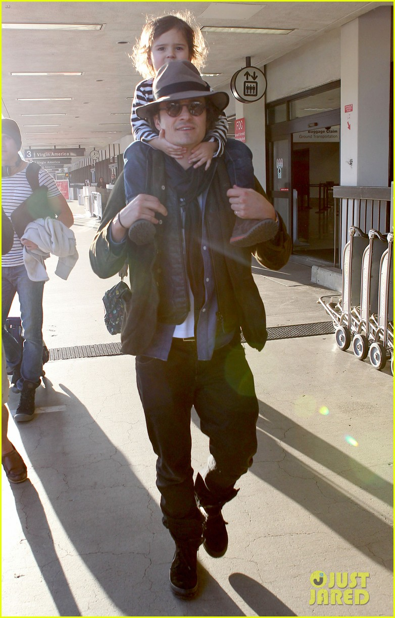 orlando bloom gives flynn a shoulder ride at the airport 01