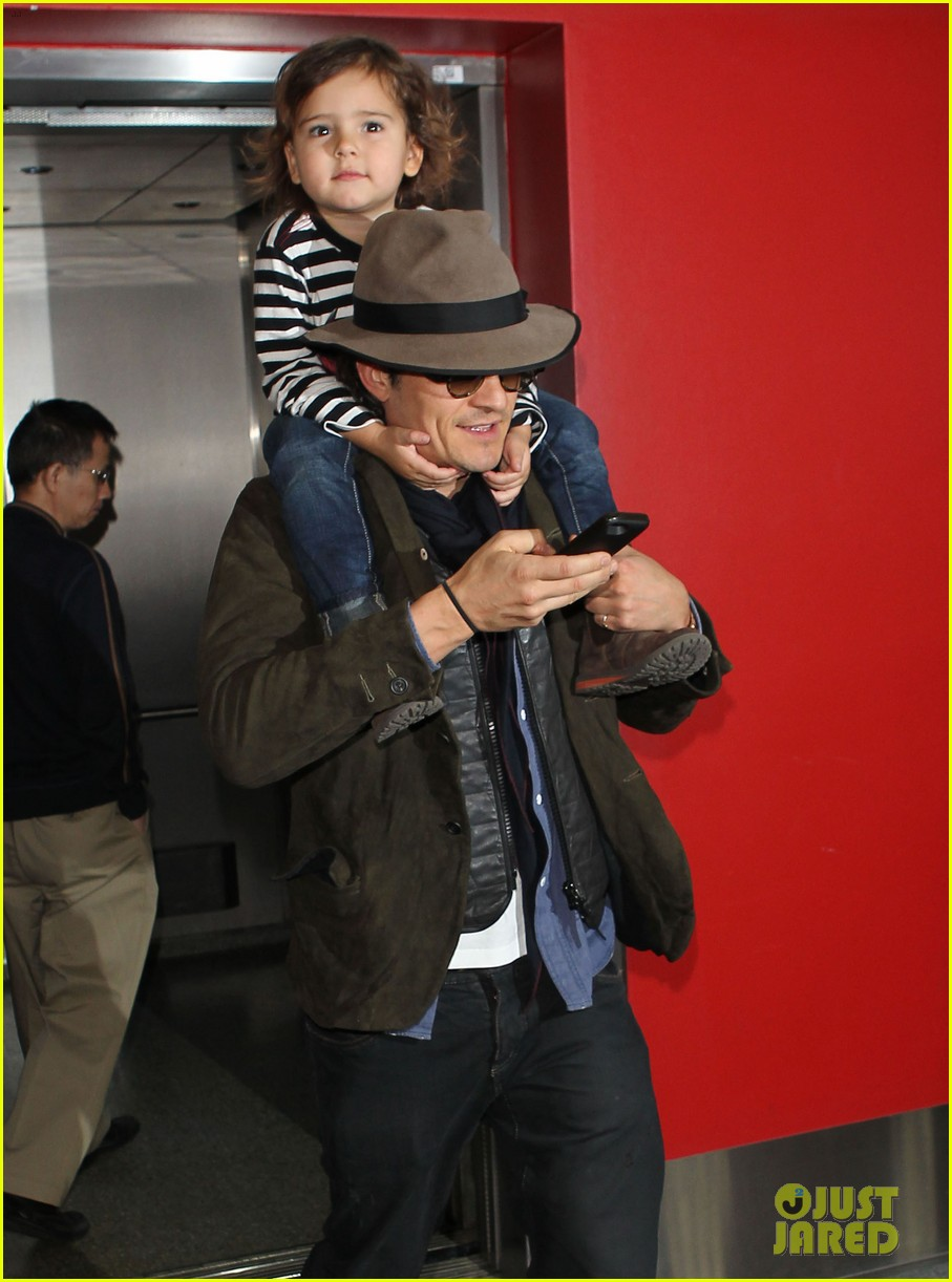 orlando bloom gives flynn a shoulder ride at the airport 02