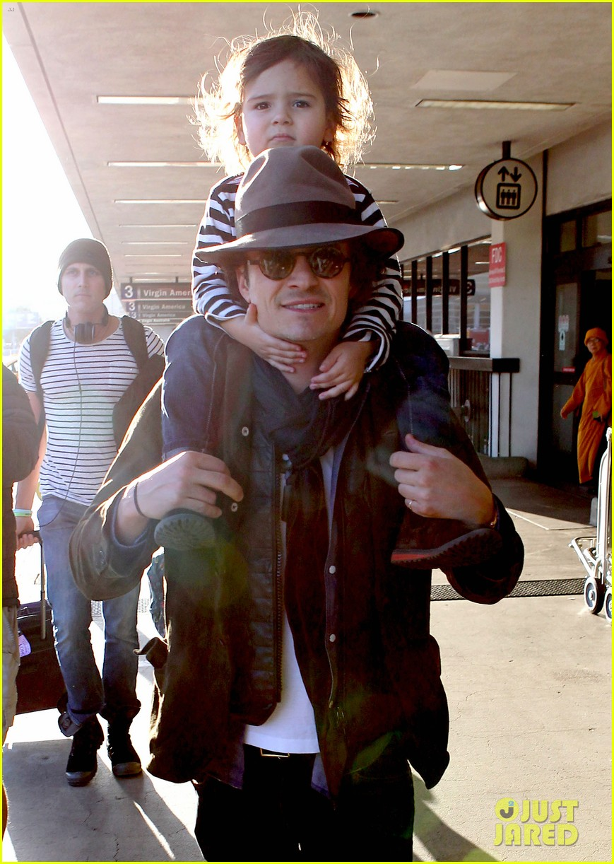 orlando bloom gives flynn a shoulder ride at the airport 043056665