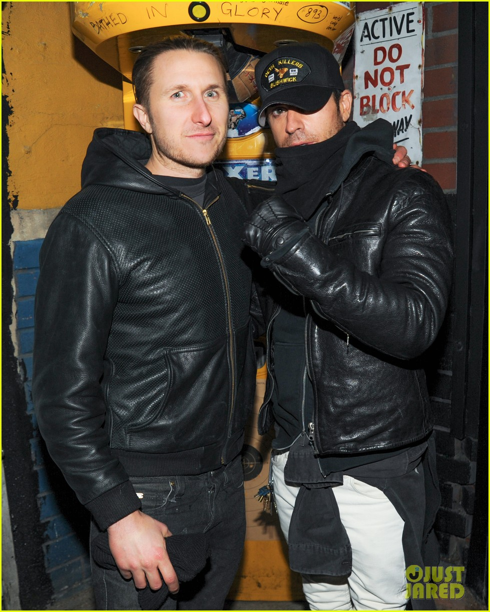 orlando bloom pops a wheelie meets justin theroux at deth killers event 023051991