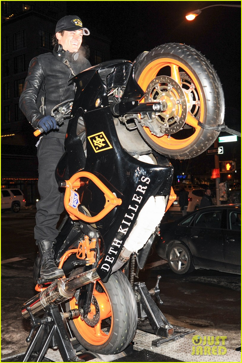 orlando bloom pops a wheelie meets justin theroux at deth killers event 083051997