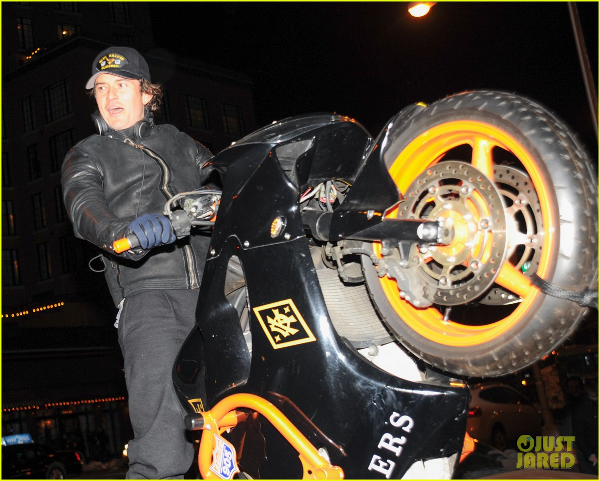 orlando bloom pops a wheelie meets justin theroux at deth killers event 093051998