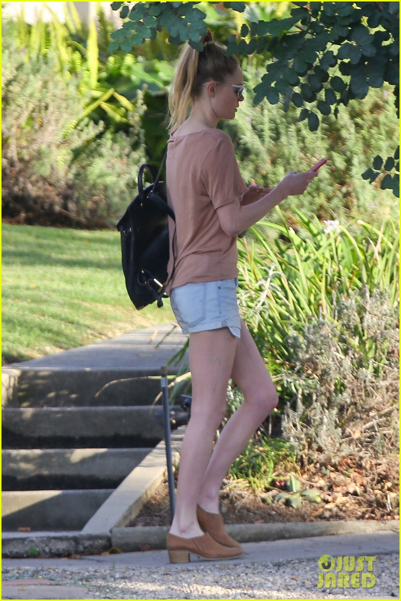 kate bosworth one leggy lady at acupuncture clinic 063057901