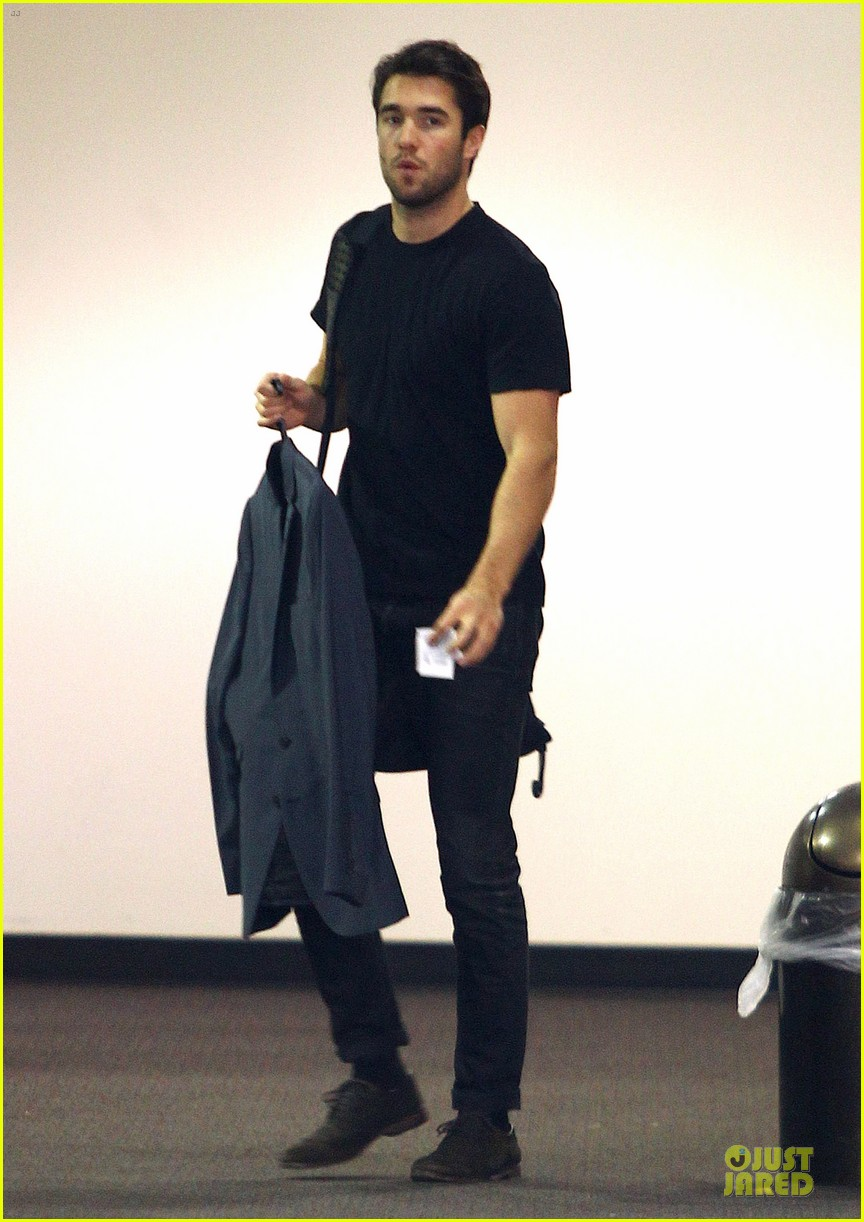 josh bowman flashes biceps at office building 013060552