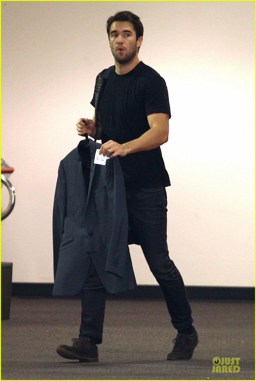 josh bowman flashes biceps at office building 073060558