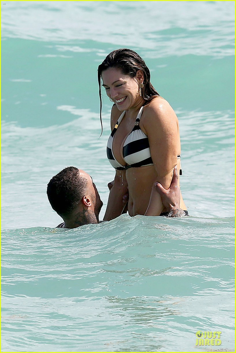 kelly brook frolicks on the beach with boyfriend david mcintosh 043047534