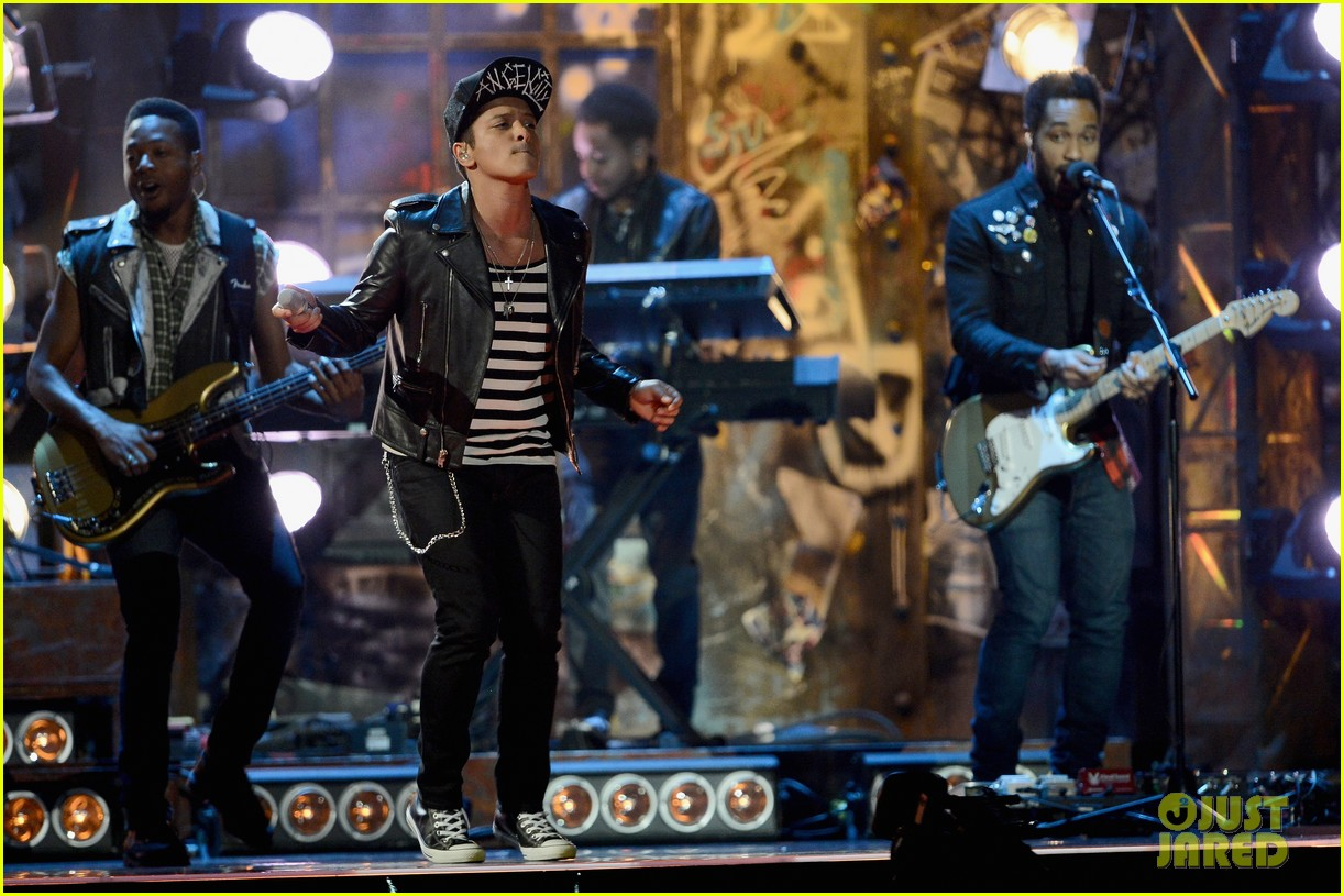 bruno mars performs treasure at brit awards 2014 video 04