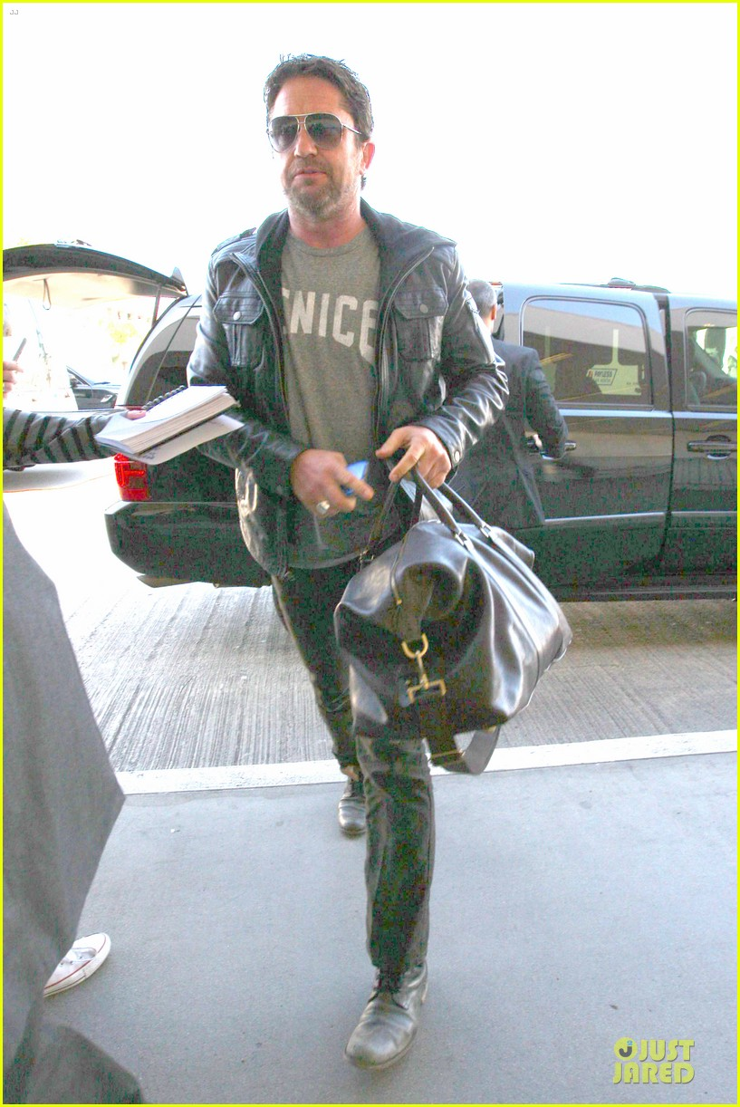 gerard butler light packer at lax airport 013050907