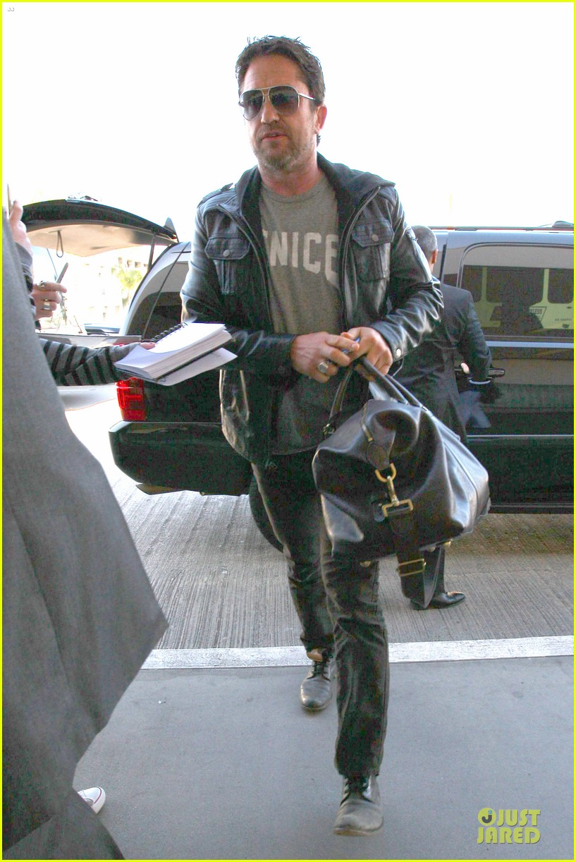 gerard butler light packer at lax airport 053050911