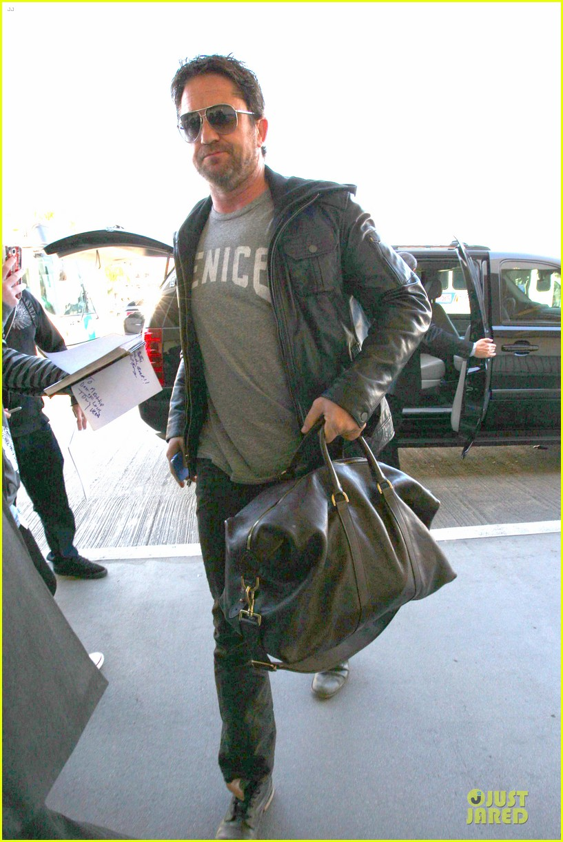 gerard butler light packer at lax airport 063050912