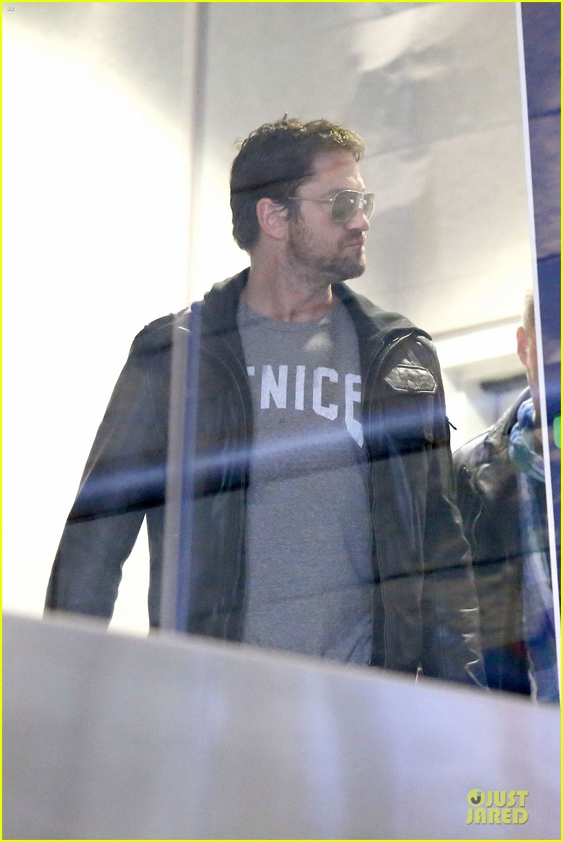 gerard butler light packer at lax airport 073050913