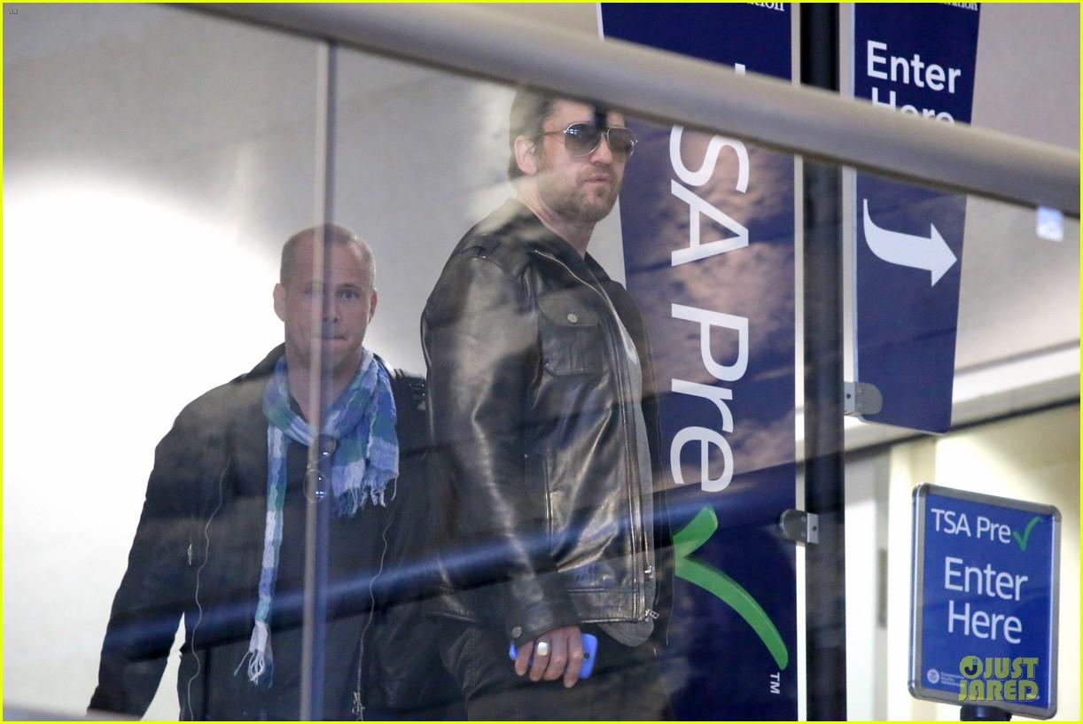 gerard butler light packer at lax airport 083050914