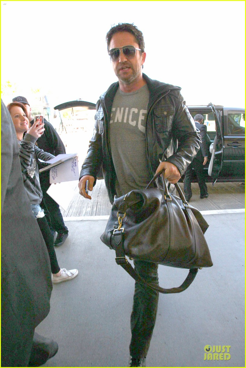 gerard butler light packer at lax airport 093050915