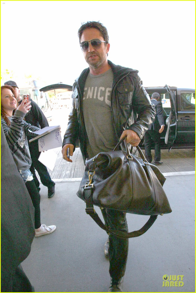 gerard butler light packer at lax airport 10