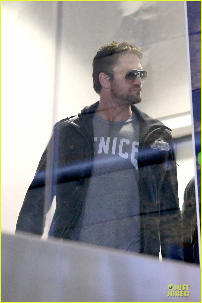 gerard butler light packer at lax airport 113050917