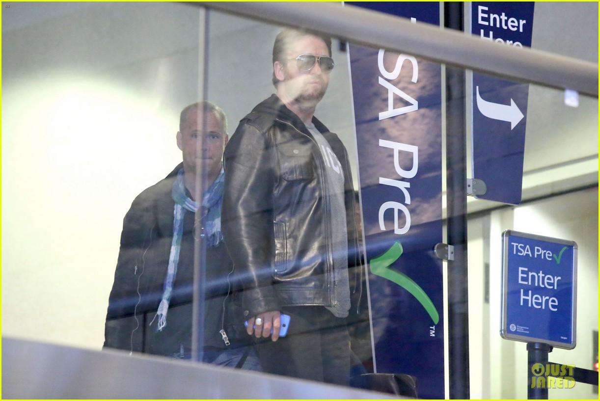 gerard butler light packer at lax airport 143050920