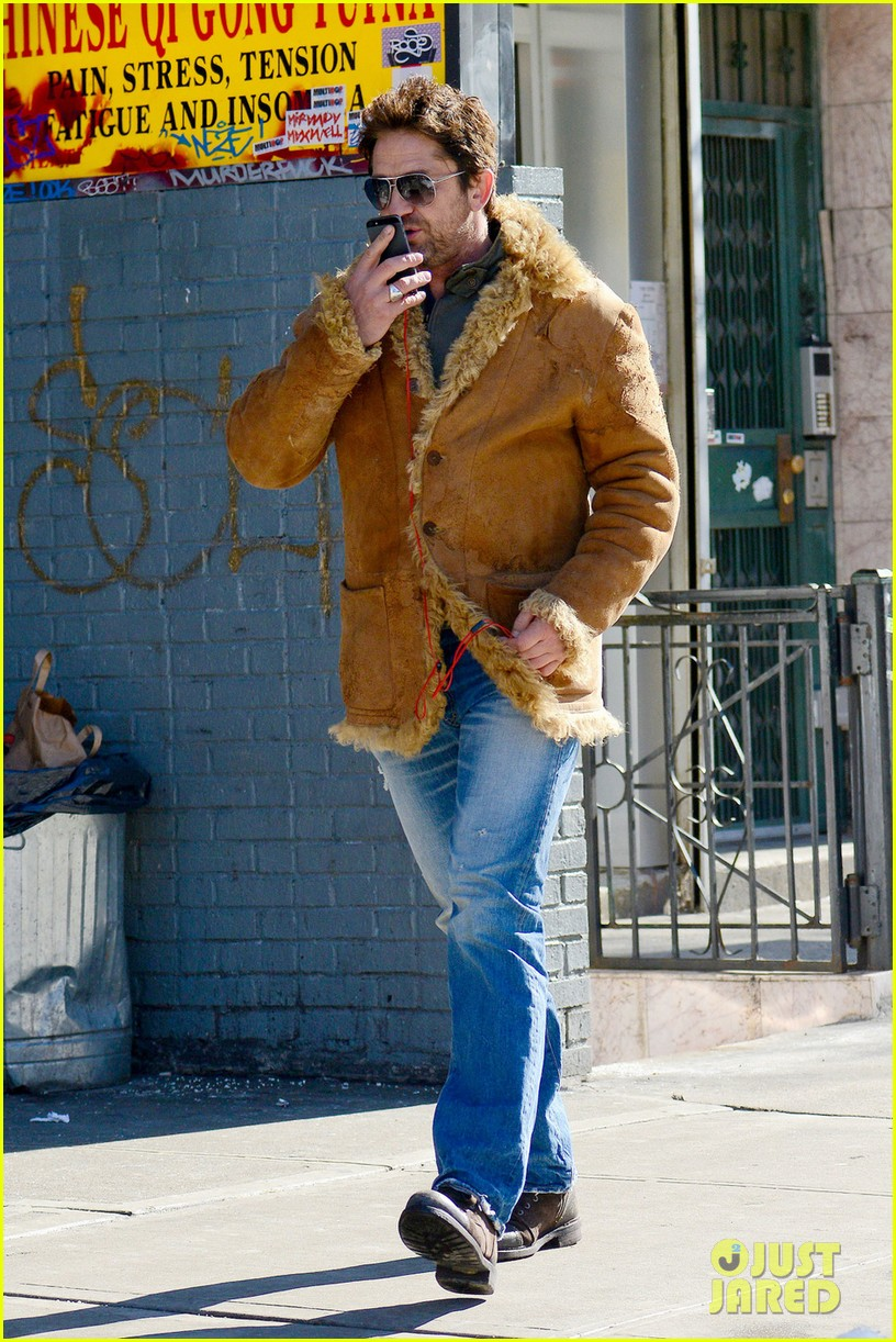 gerard butler keeps warm in furry brown coat 05