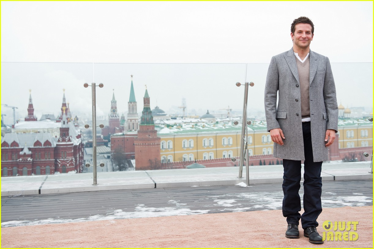 bradley cooper receives star while promoting american hustle in moscow 093048007