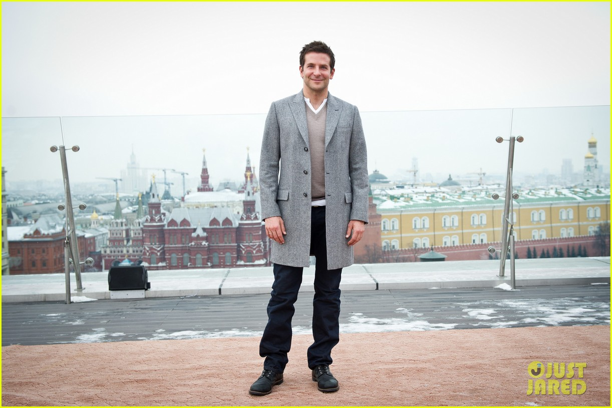 bradley cooper receives star while promoting american hustle in moscow 13