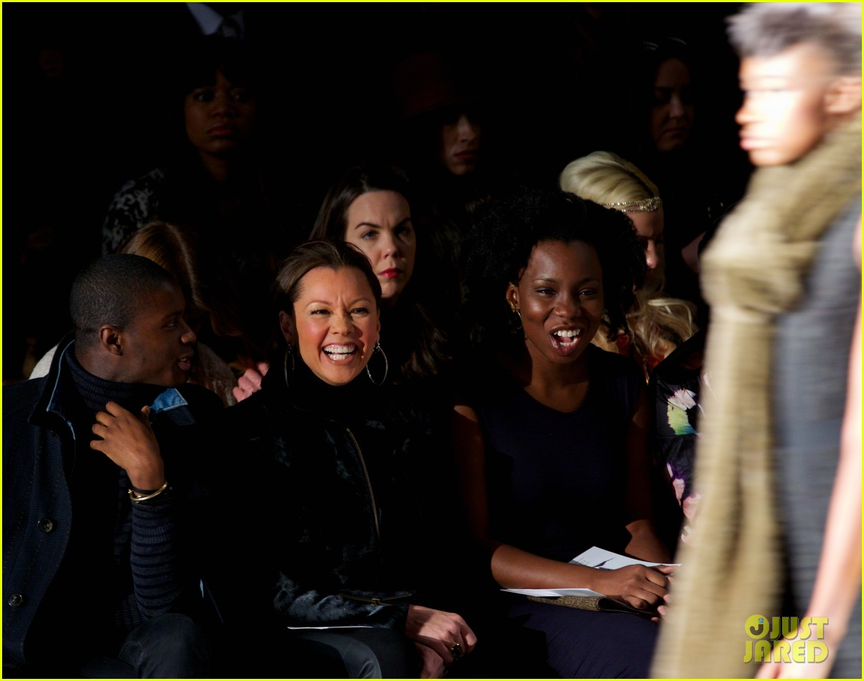 katie couric vanessa williams carmen marc valvo fashion show 03
