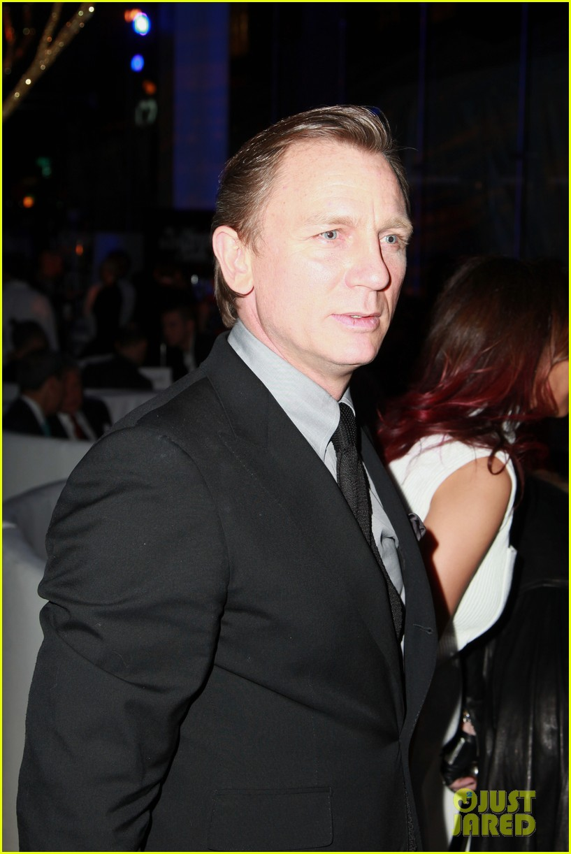 daniel craig makes jimmy kimmel crack up at american songbook gala 023051340