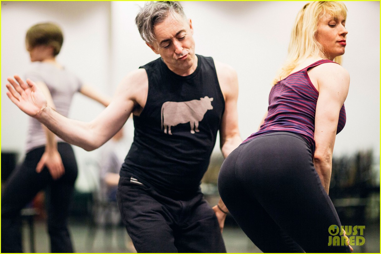 alan cumming gets frisky in cabaret rehearsal photos 02