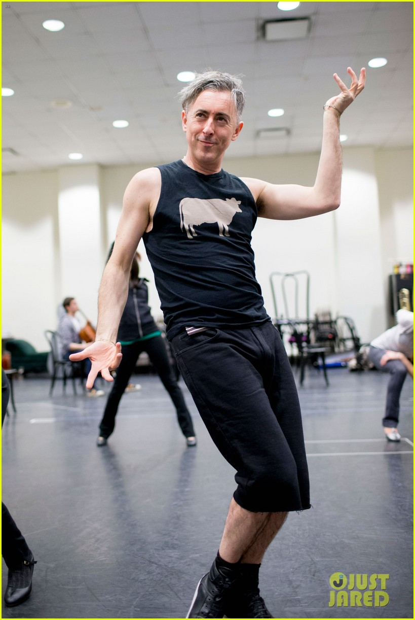 alan cumming gets frisky in cabaret rehearsal photos 03