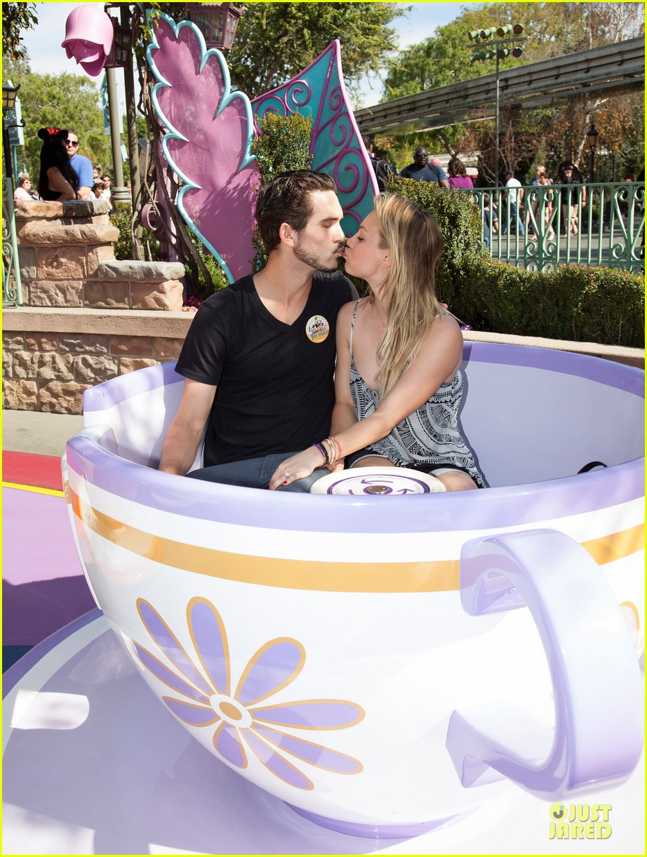 kaley cuoco and ryan sweeting kiss on his first trip to disneyland 043053995