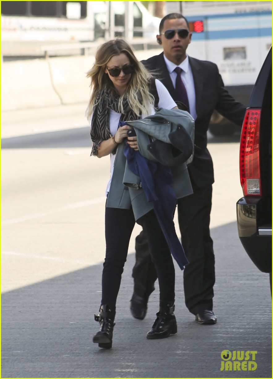 kaley cuoco ryan sweeting hold hands after flight into new york 013059424