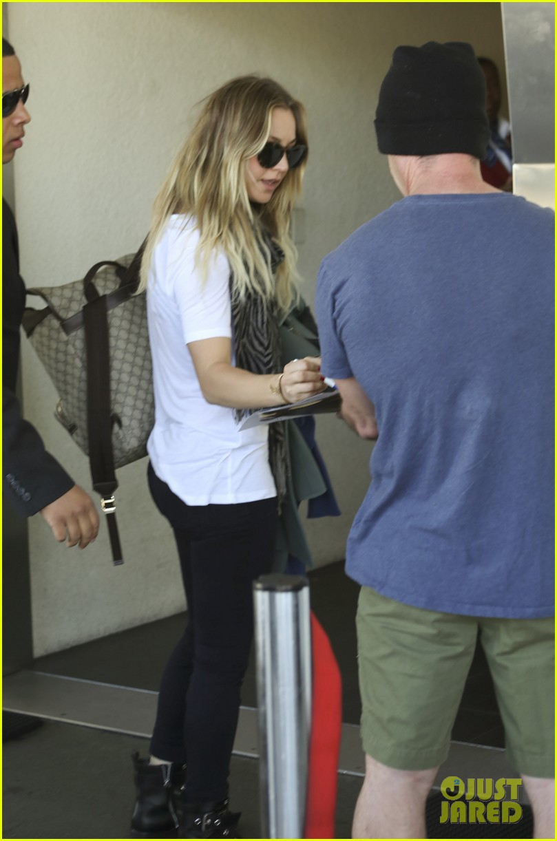 kaley cuoco ryan sweeting hold hands after flight into new york 083059431