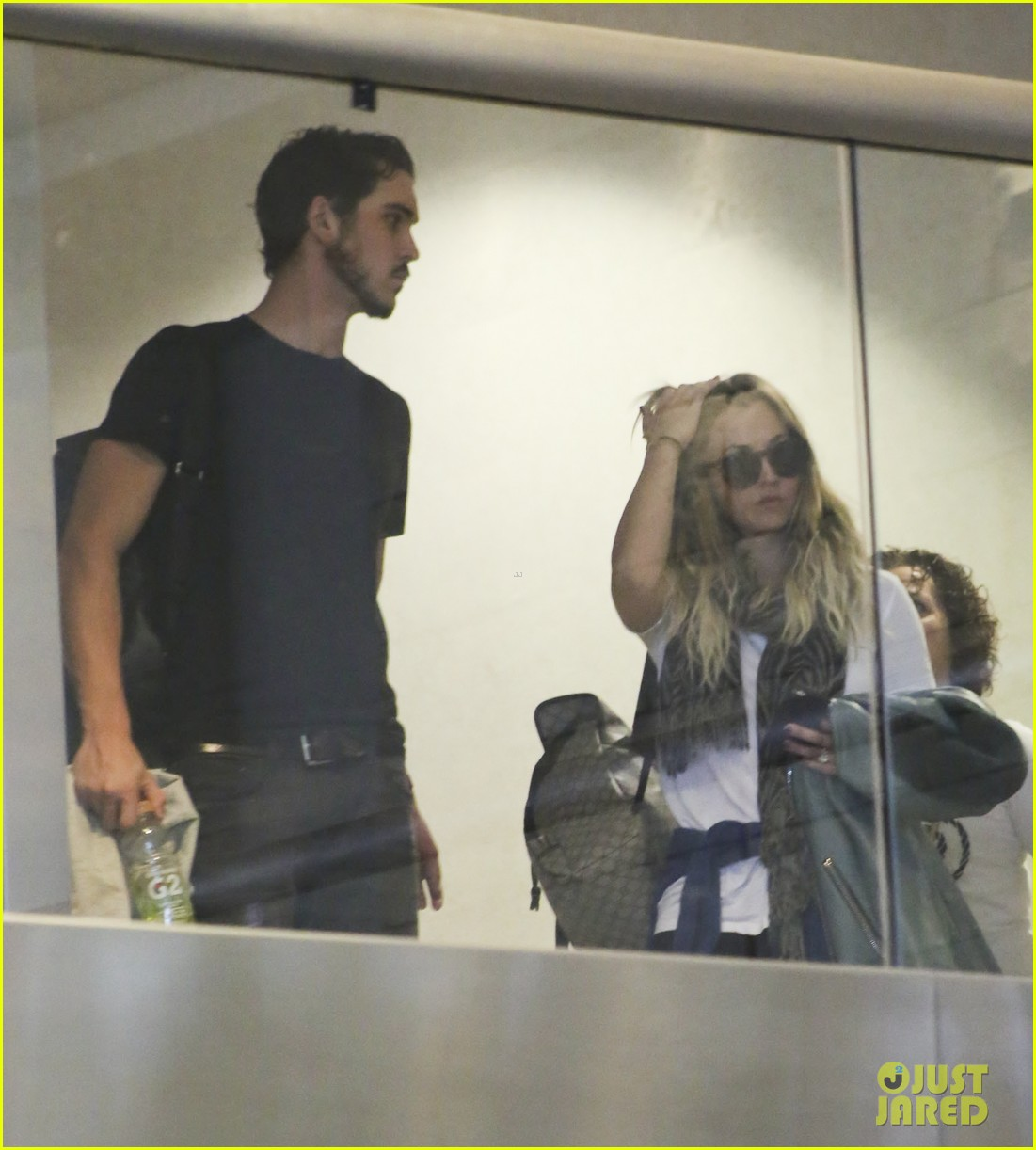 kaley cuoco ryan sweeting hold hands after flight into new york 123059435