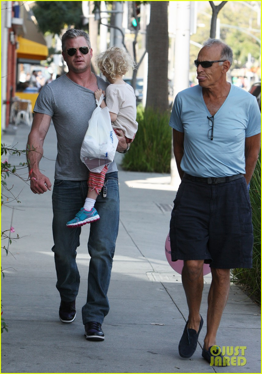 eric dane is one hot dad while stepping out with his daughter 123054923