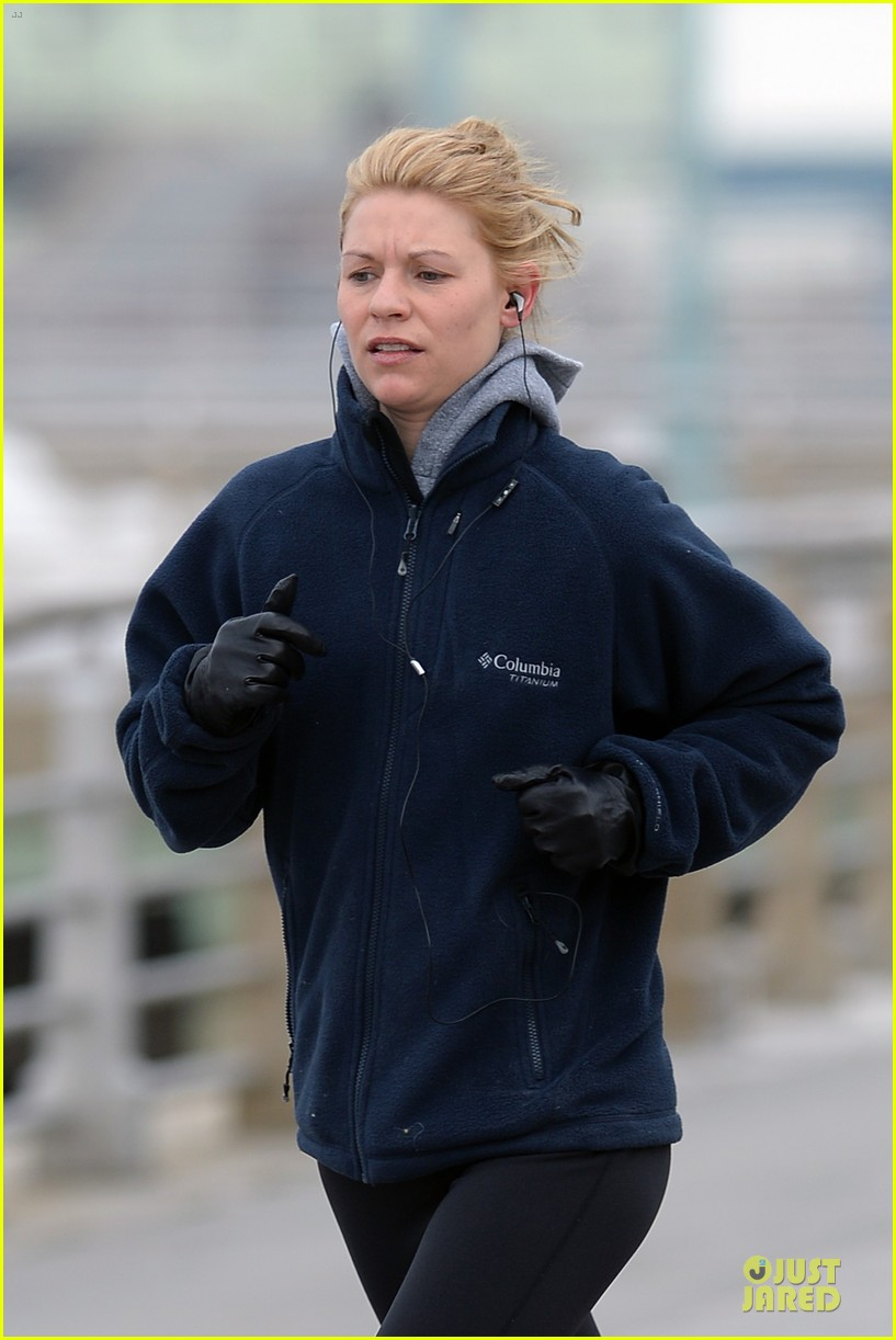 claire danes jogs the hudson river with music 023060614