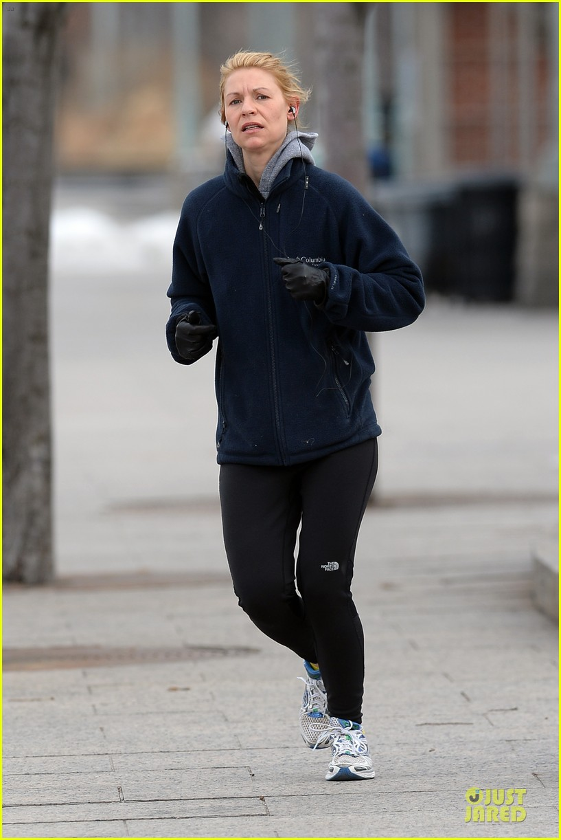 claire danes jogs the hudson river with music 033060615
