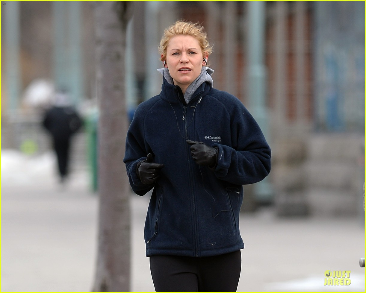 claire danes jogs the hudson river with music 043060616