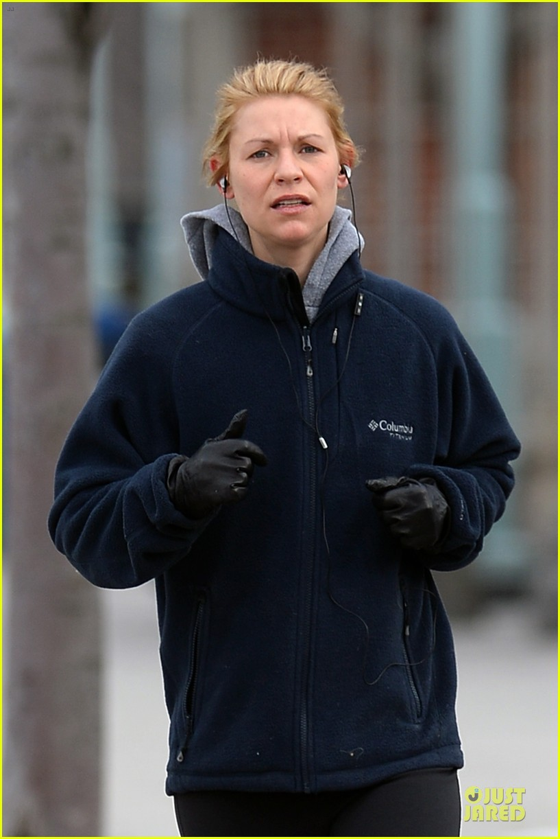 claire danes jogs the hudson river with music 06