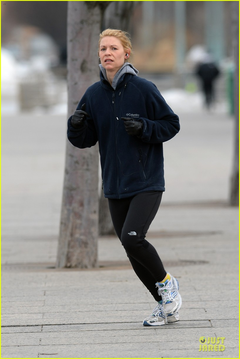 claire danes jogs the hudson river with music 093060621