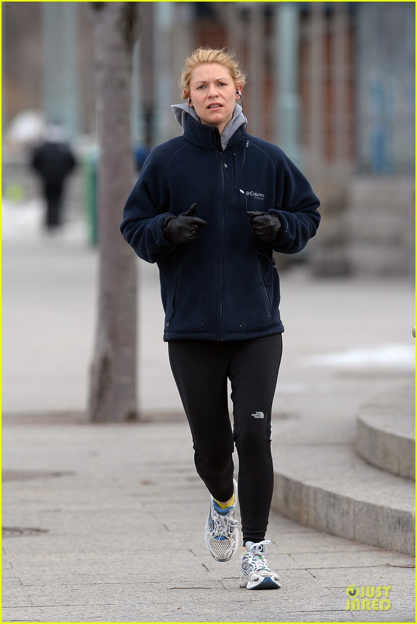 claire danes jogs the hudson river with music 113060623