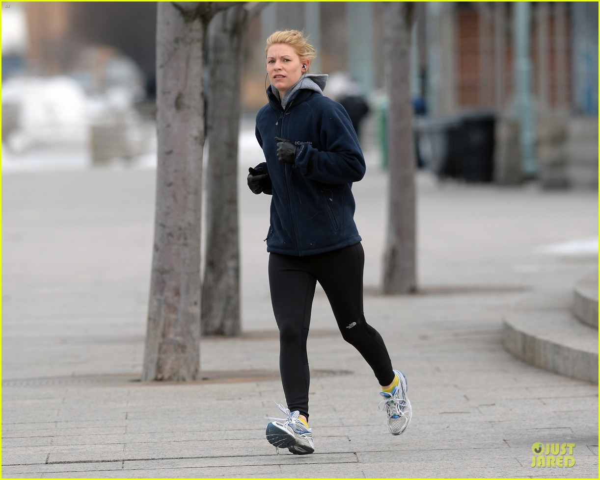 claire danes jogs the hudson river with music 153060627