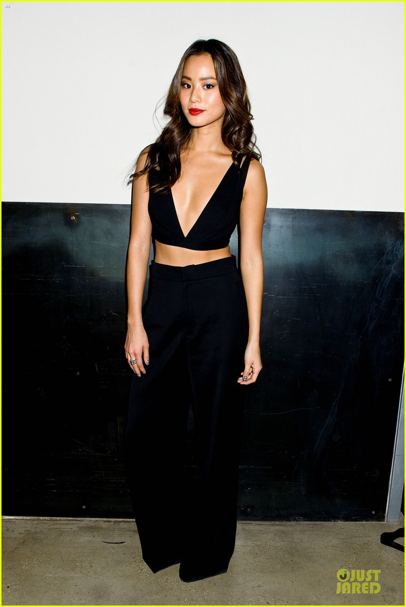 zoey deutch jamie chung bare midriffs at cushnie et ochs fashion show 053049275