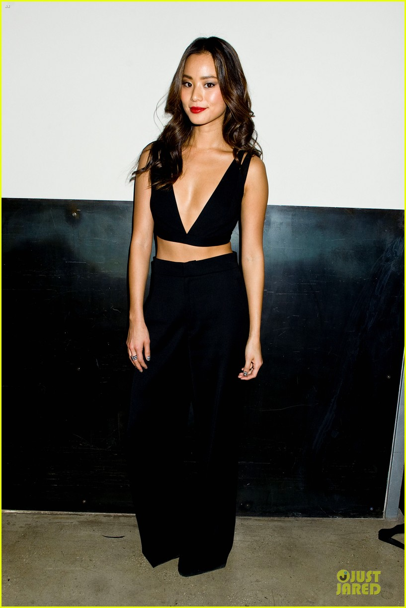 zoey deutch jamie chung bare midriffs at cushnie et ochs fashion show 113049281
