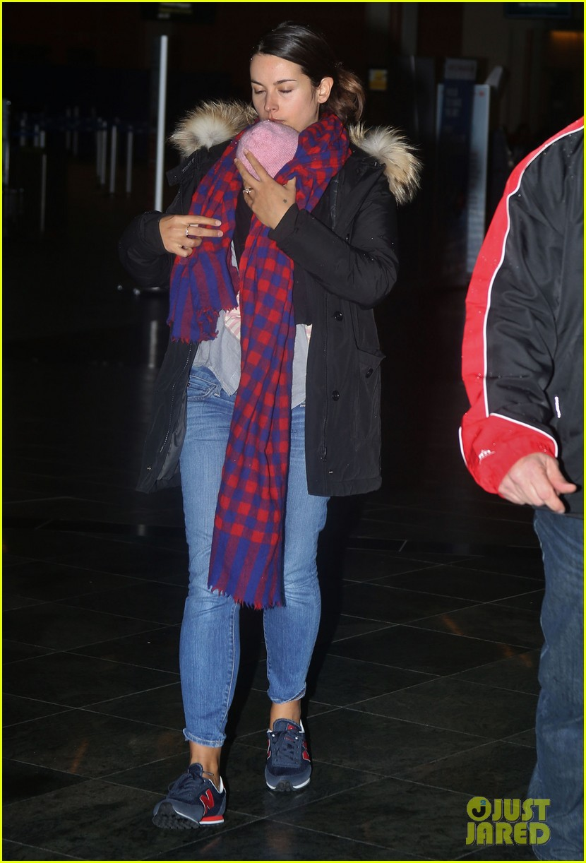 jamie dornan leaves vancouver with his wife daughter 113058863